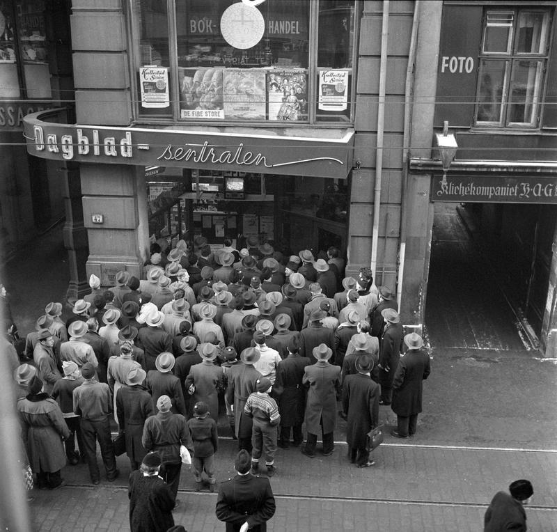 Dagbladet sender fjernsyn i inngangspartiet til Dagblad-sentralen, Oslo. Fotografert februar 1956.