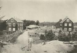 Pukebergs glasbruk. Till vänster boningshus och lagerskjul.