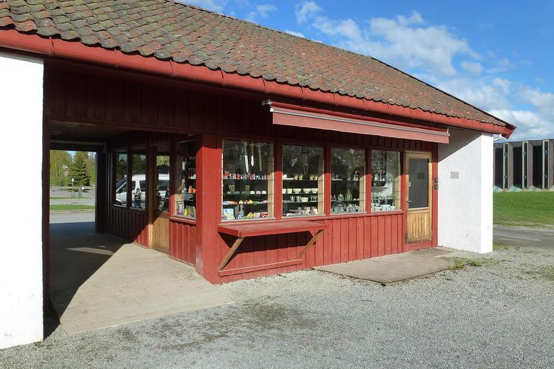 Museumsbutikken er et tødt, lavt hus ved hovedinngangen.
