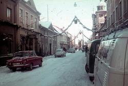 Gatuvy i Kalmar med juldekoration. Bebyggelsen till vänster