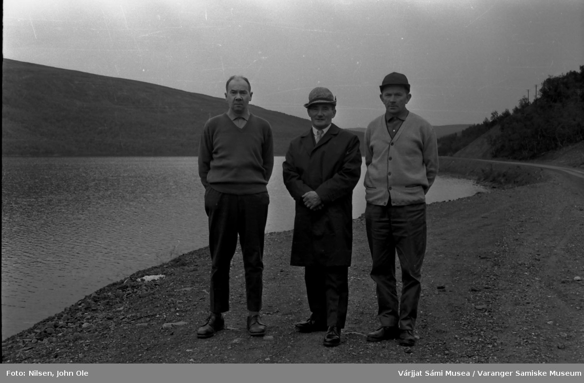 Henrik Ravna og de to tidligere redaktørene i Nuorttanaste Anders Guttormsen og John Ole Nilsen stående ved et vann. Ukjent sted, Juli 1967.