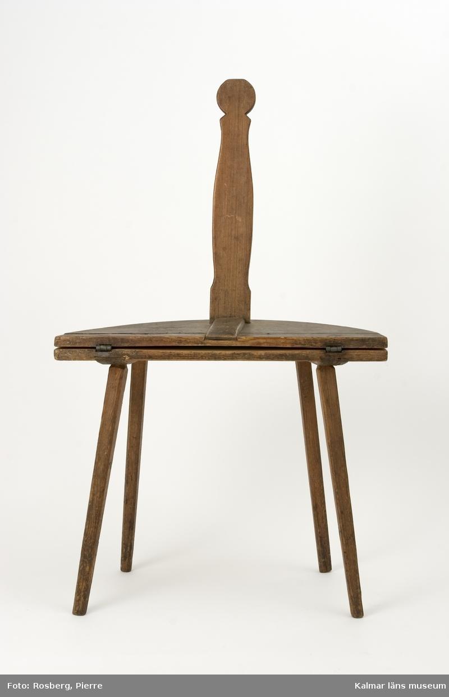 KLM 11176. Bordstol av furu. Stol med utfällbar sits, så att möblen kan förvandlas till ett litet bord. Användes som vardagsmatbord i köket.