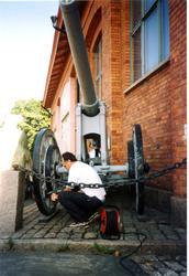 Kanon m/1885. 12 cm. Utanför museet. Namn se notering.