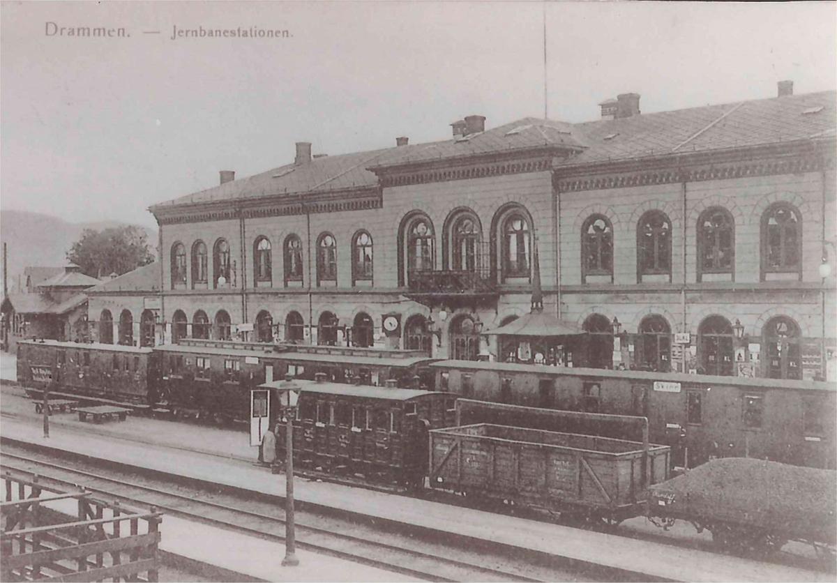 Drammen stasjon tog til Skien i spor 1.