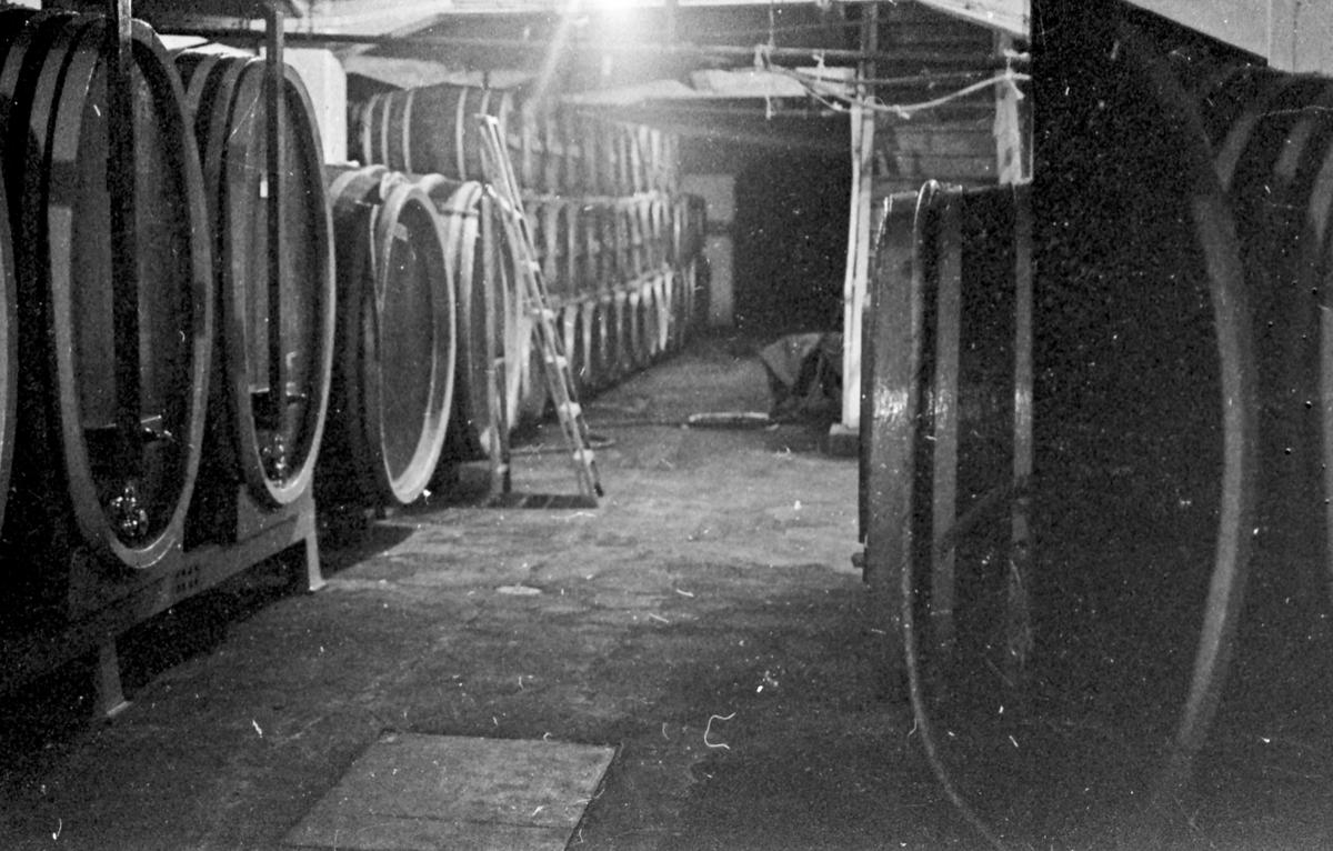 L. Reitan. Produksjon av musserende vin, Golden Power. Mange tønner på lager.
