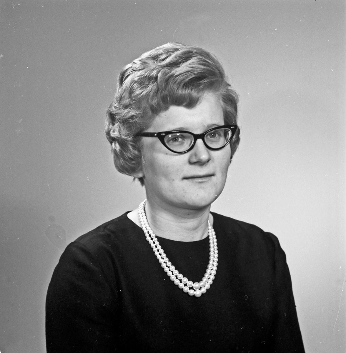 Portrett ung kvinne med briller  - bestiller Inger Horsfjord