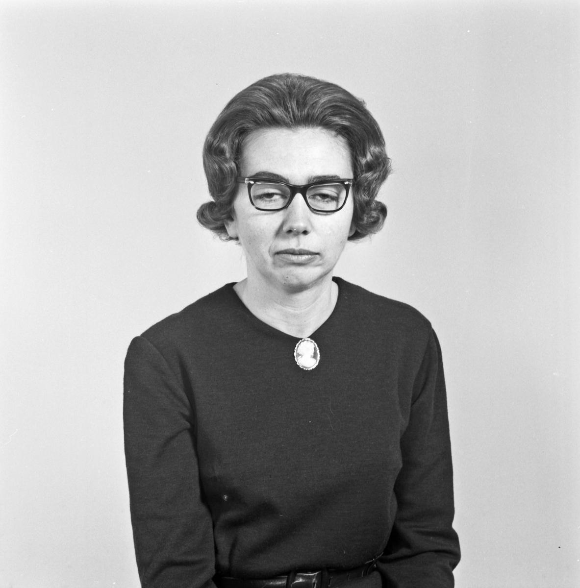 Portrett ung kvinne med briller - bestiller Helga Økland