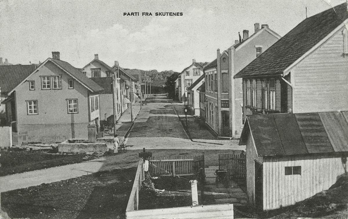 Postkort. Parti fra Skudenes. Gate med bolighus på begge sider.