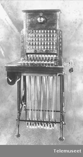 Telefonsentraler, magneto snorveksler 50 d.l.Special - teak for Koloniministerium. Elektrisk Bureau.