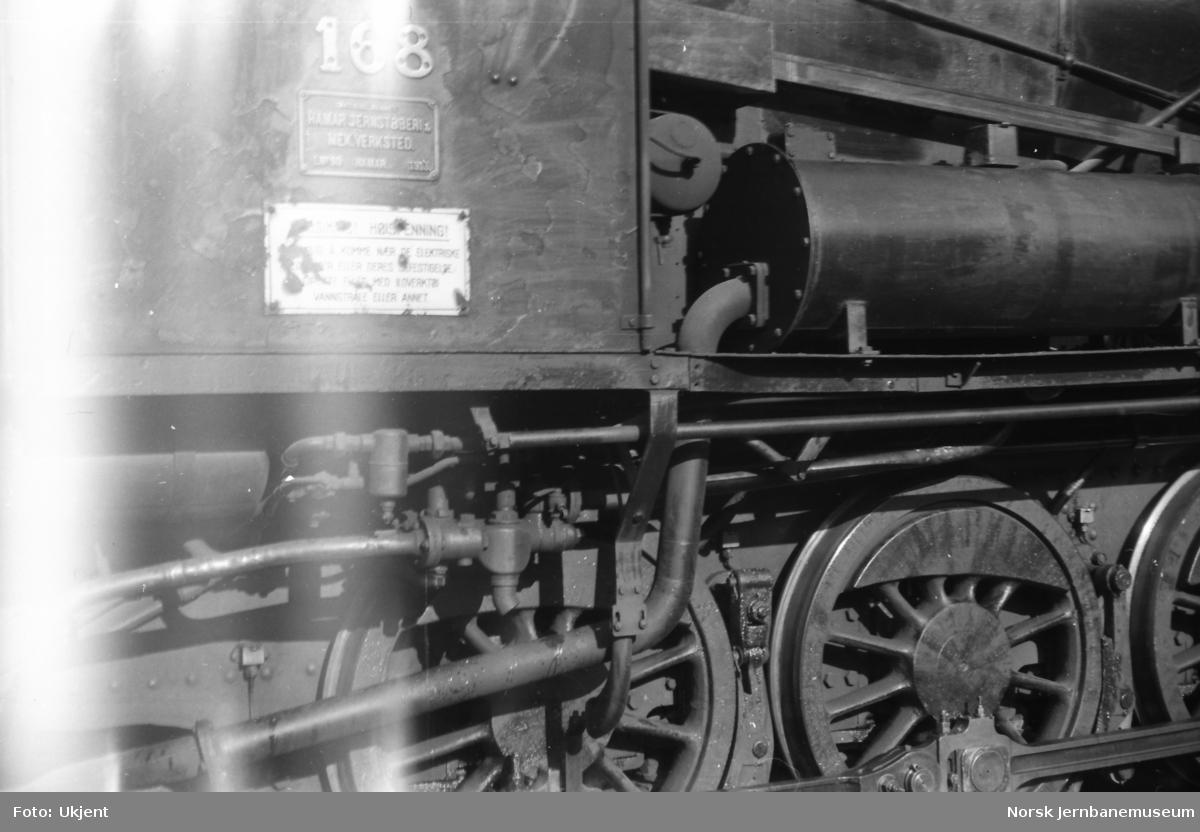 Damplokomotiv type 39a nr. 168 - nummer, fabrikkskilt og advarselskilt
