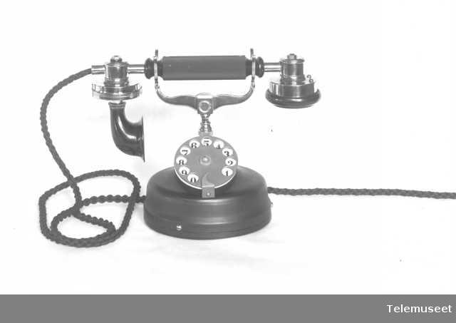 Telefonapparat, bordtelefon i stål,  mtlf.liggende. 28.4.14. Elektrisk Bureau.