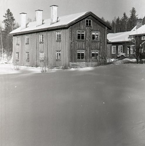 """Gammelbyggningen på gården Kristofers med sina smala, högresta vitmenade skorstenar. Byggnader med denna typ av skorstensrad kallas ibland för """"tremastare""""."""