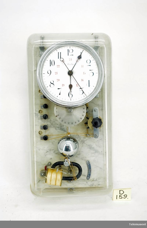 Bakplaten til yret er av marmor. Det følger også med støvdeksel til uret.
