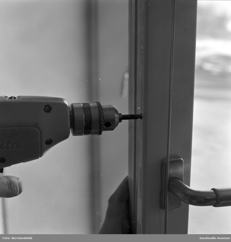Norrlandsfönster AB. Demonstration/dokumentation av låsanordning eller upphängning för fönster.