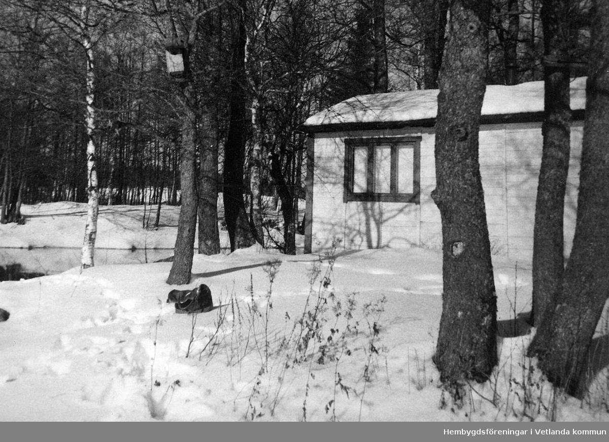 Carl Svenssons sommarstuga vid Emåns utlopp i Grumlan. Många av sommarstugorna i området byggdes av enkla material. denna stugan samt några andra är byggda av sockerlådor.