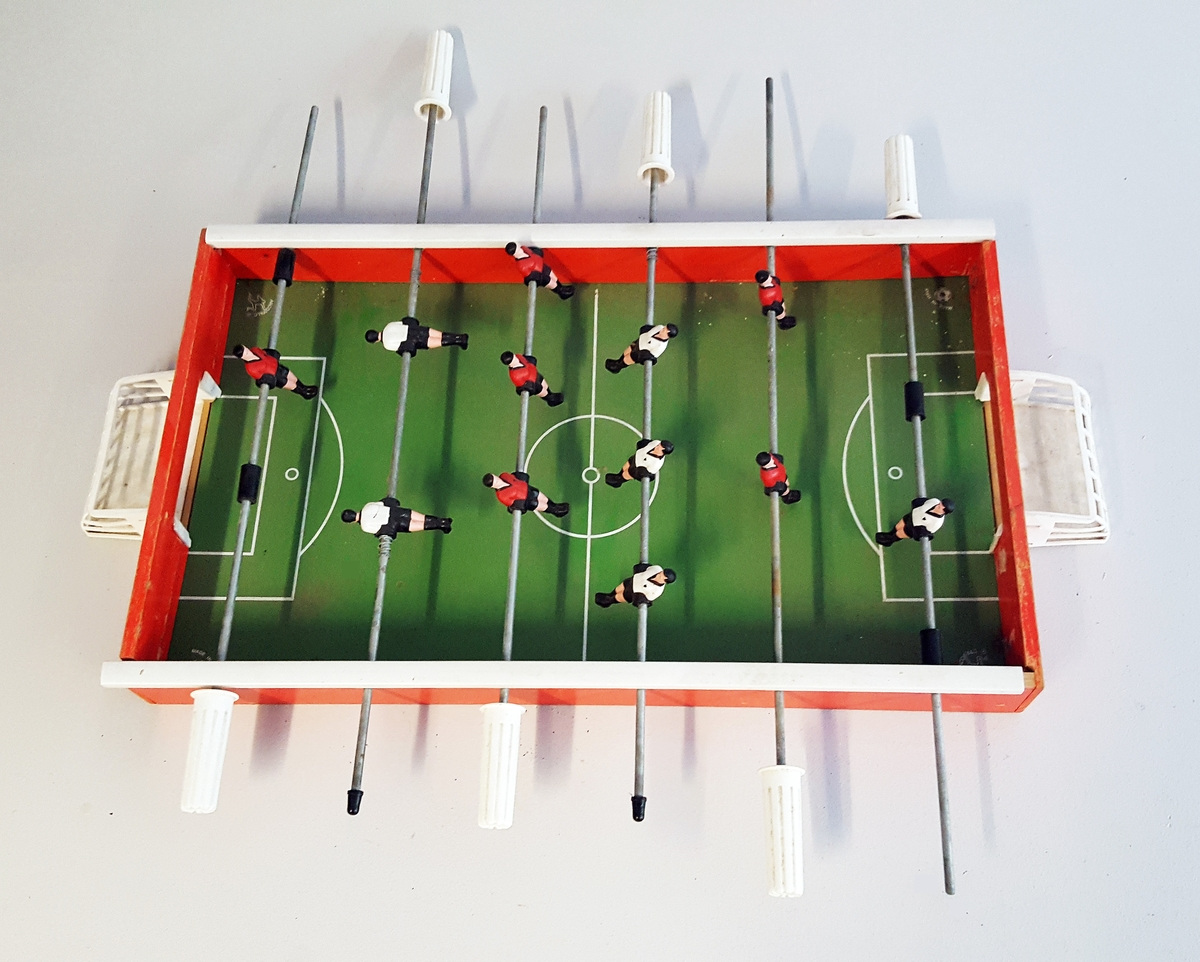 """Fotballspel i rektanguler kasse - 2 fotball lag - kvar med 6 """"spelarar"""""""