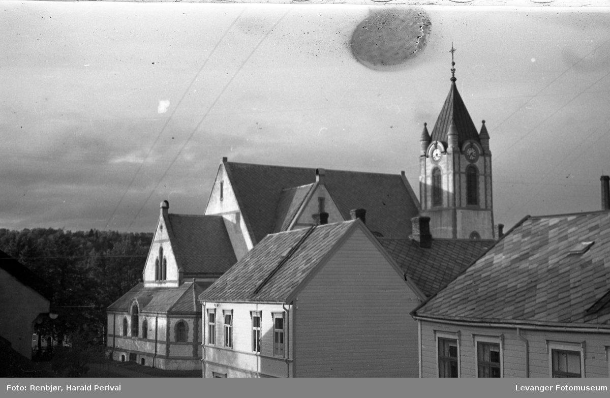 Kirka i Levanger,tatt fra 2. etasje i Renbjørgården oppover Brugata.