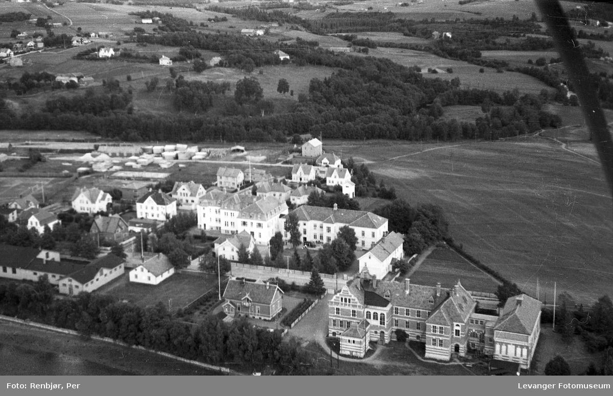 Flyfoto av Levanger, tatt av tenåringen Per Renbjør med sin fars Leica . Her sykehuset og den gamle lærerskolen.