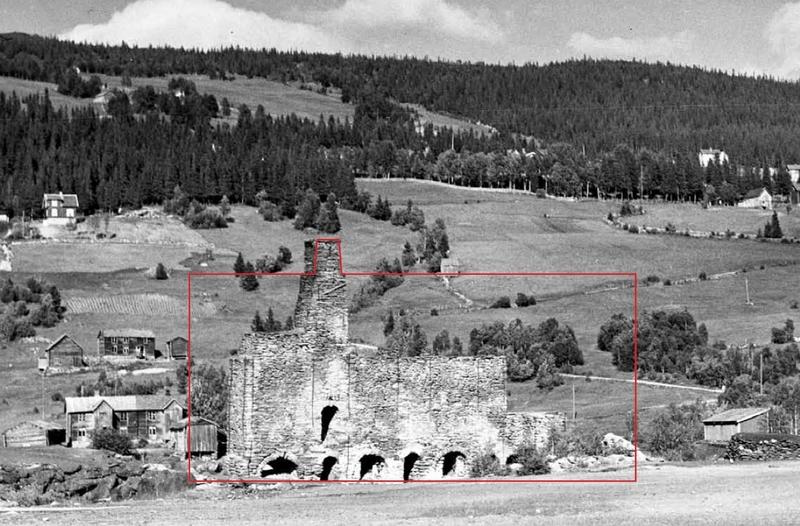 Bildet fra 1936 viser smelteovnene i Eidet hytte slik de var etter ombygging i 1885. Omrisset i rødt viser størrelsen på smeltehytta som var 36 meter lang. Hytta hadde høgovn med alle ovnene i en og samme mur. Ovnsmuren var 24 meter lang, 2,8 meter bred og 12,5 meter høy. Røyken fra smelteovnene ble ledet opp i en kanal øverst i muren og gikk ut gjennom pipa.
