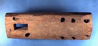 """SPINNROCKSVARVARE Text i huvudliggaren: """"11 halvfabrikat till spinnrocksbord"""". 9 st finns i samlingarna.  Inköpt från Osbacken i Sandhem, troligen av spinnrocksvarvare Cedervall.   Neg.nr: 1983-0003 Sakord: SPINNROCK, del av Tillverkningstid: 1850-1935 Material: björk Teknik: hyvlat borrat hugget Mått: L=408  B=140  H=58 Vikt:"""