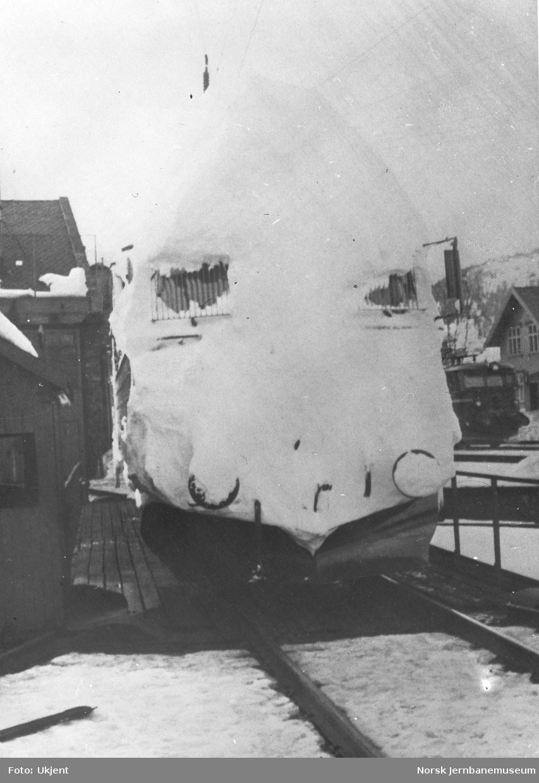 Nedsnødd elektriske lokomotiv El 13, trolig på Voss eller Ål stasjon