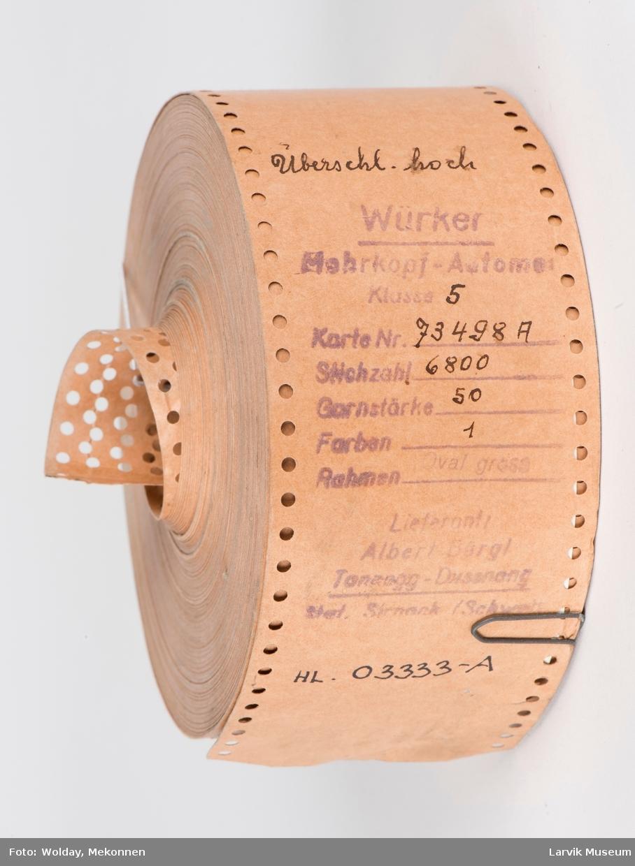 Mønster til strikkemaskin a: Di.13,7cm, hullmønster, stempel: Wurker. Klasse 5. Karte nr. 73498A. Stichzohl 6800. Garntorke 50. Farben 1, hel rull