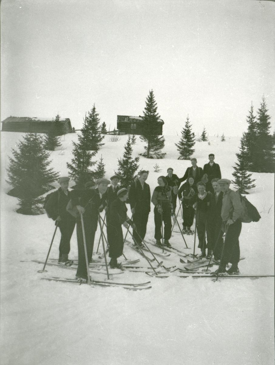Ungdomslaget i vestre Bagn på skitur på Brattrudsetrene.