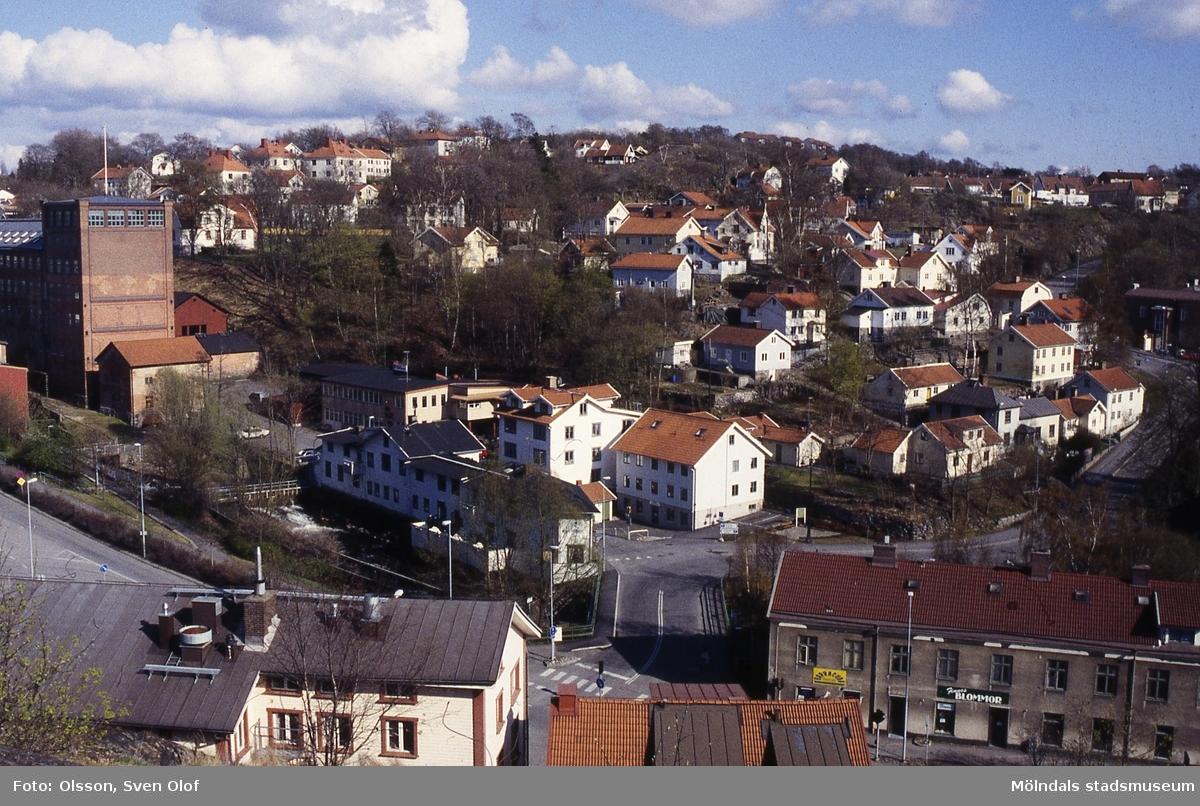 Vy från Störtfjället mot bebyggelse i Kvarnbyn, Mölndal, april 1996. Kv 26:31.