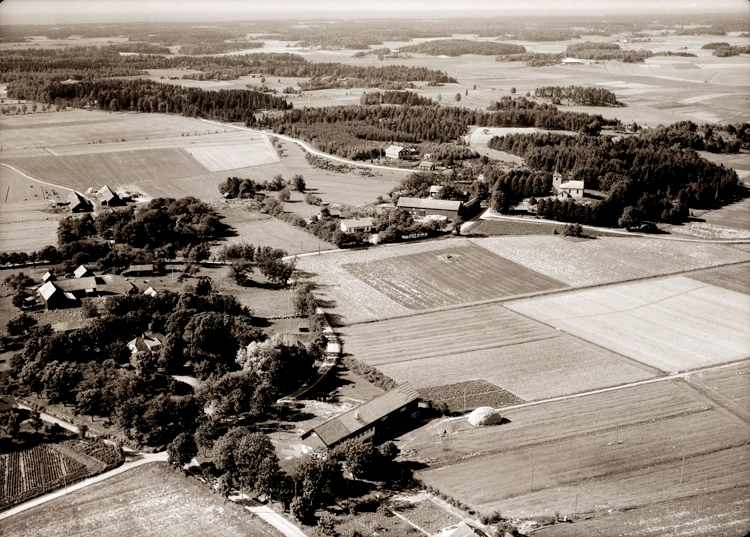 Bildtext: Gösslunda socken. Vy över Gösslunda 1947.