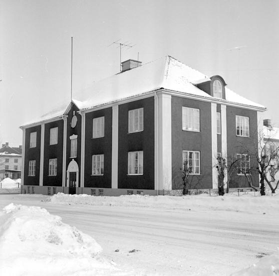 """Bildtext: Byggnadsinventering i Skara 1969 - 1971. Skara stad, kvarteret Myran 1. Väpnaregatan 1, """"Smyckeskrinet"""" sett från sydväst."""