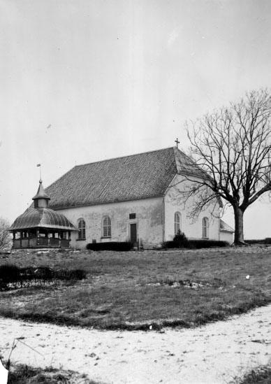 Laske-Vedum sn. Kyrkan, exteriör från söder samt gravkor.