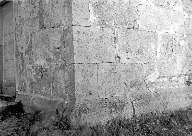 Bildtext: GÖSSLUNDA KYRKA. Västergld.  Detalj av murverk i tornet. 1100-talet.