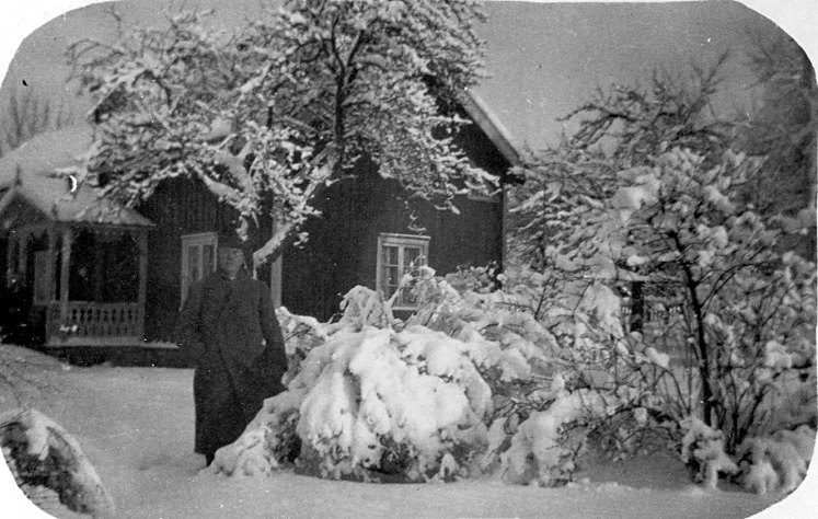 I 25 år var pastor Fritz Petterson verksam där tills han avgick med pension 1933. Samma år företog han en jordenruntresa till många missionsstationer från olika samfund. Resan varade i 2-3 år. 1897-1904 var han pastor i Skövde missionsförsamling. Pastor Peterson var född 8/1 1966, dog 7/4 1941. Son till skräddarmästare C.G. Pettersson, Törestorp, Daretorp, utanför Tidaholm.Skräddarmästare Carl G. Petterssons samling, Törestorp, Daretorp. Fotona är från slutet av 1800-talet till början av 1900-talet.