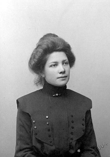 har tillhört Eva Lindblom.Charlotte Hermanson, f. 1852, drev fotoateljé på Torggatan 47 i Skara under åren 1885-1916. Filial i Lundsbrunn.