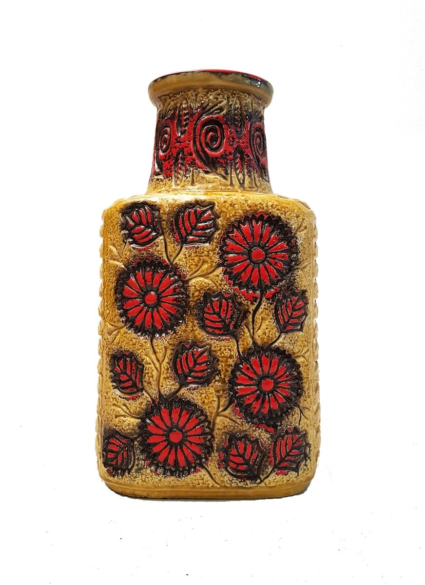 Stor vase med stilisert blomsterdekor i relieff