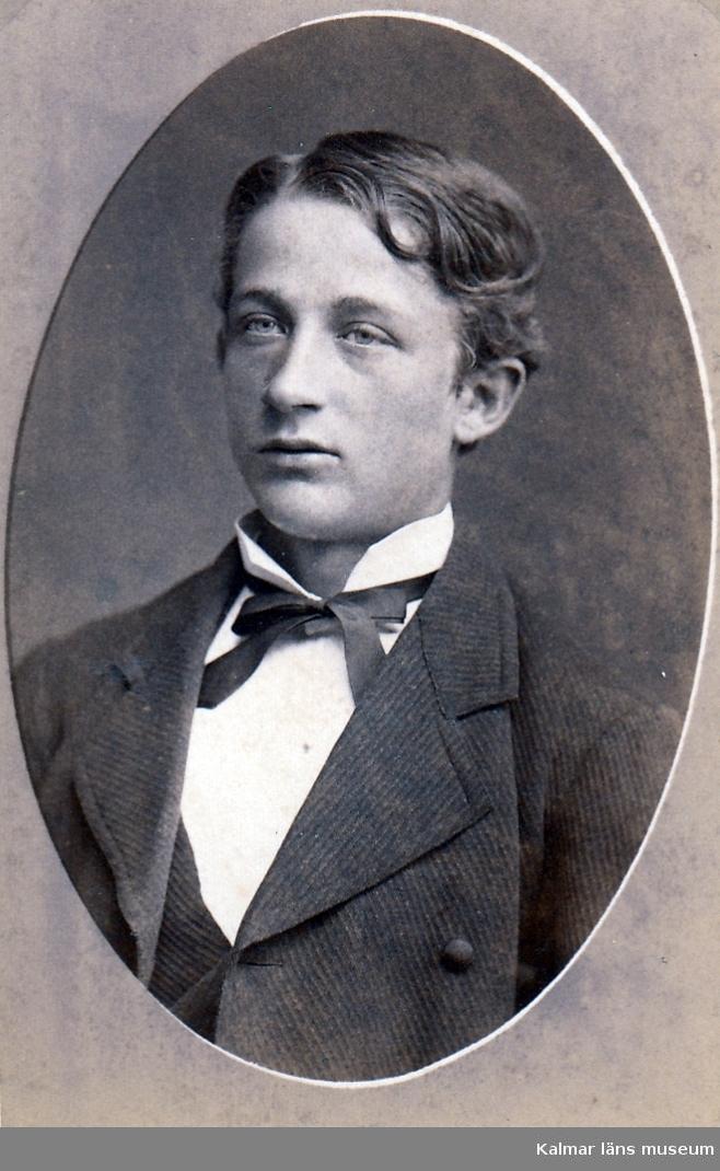 Viktor Sjöberg, ingenjör. Född 1861. Son till kapten N. O. Sjöberg i Kalmar. Som gosse gjort fartygsmodellen K. M. 13503.