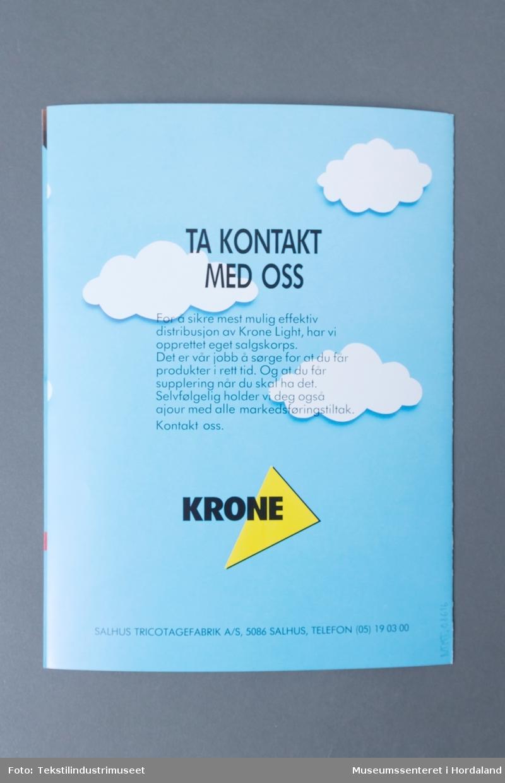 """Reklamebrosjyre for produkt i Krone Light. Krone var det mest kjende merket til Salhus Tricotagefabrik, og -Light var ein """"lett og luftig"""" ny kolleksjon: """"Høstens store nyehet fra Salhus Tricotage heter Krone Light. Kolleksjonen består av truser, longs og T-skjorter i lette, behagelige bomullsstoffer. Som du ser av tegningene under, er der mye å velge mellom. Fra den nye Tanga-trusen, via mini, midi og maxi til den amerikanske shorts truse-typen. På kjøligere dager er Krone Light-longsen ideell. T-skjorten er etter vår mening det beste som har vært levert fra Salhus Tricotage."""""""