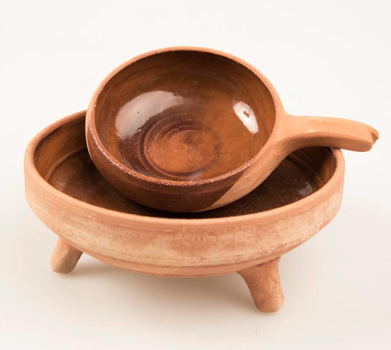 Keramikk laget av kunsthåndverker Sigrid Espelien, inspirert av arkeologiske funn fra senmiddelalderen og renessansen.