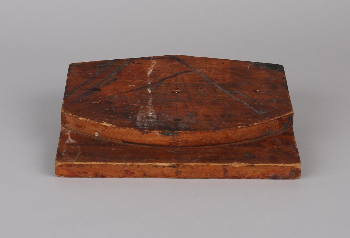To treplater montert oppå en annen med inntegnete loddelinjer. Loddsnor mangler, men der er spor til tau på topp av platene.