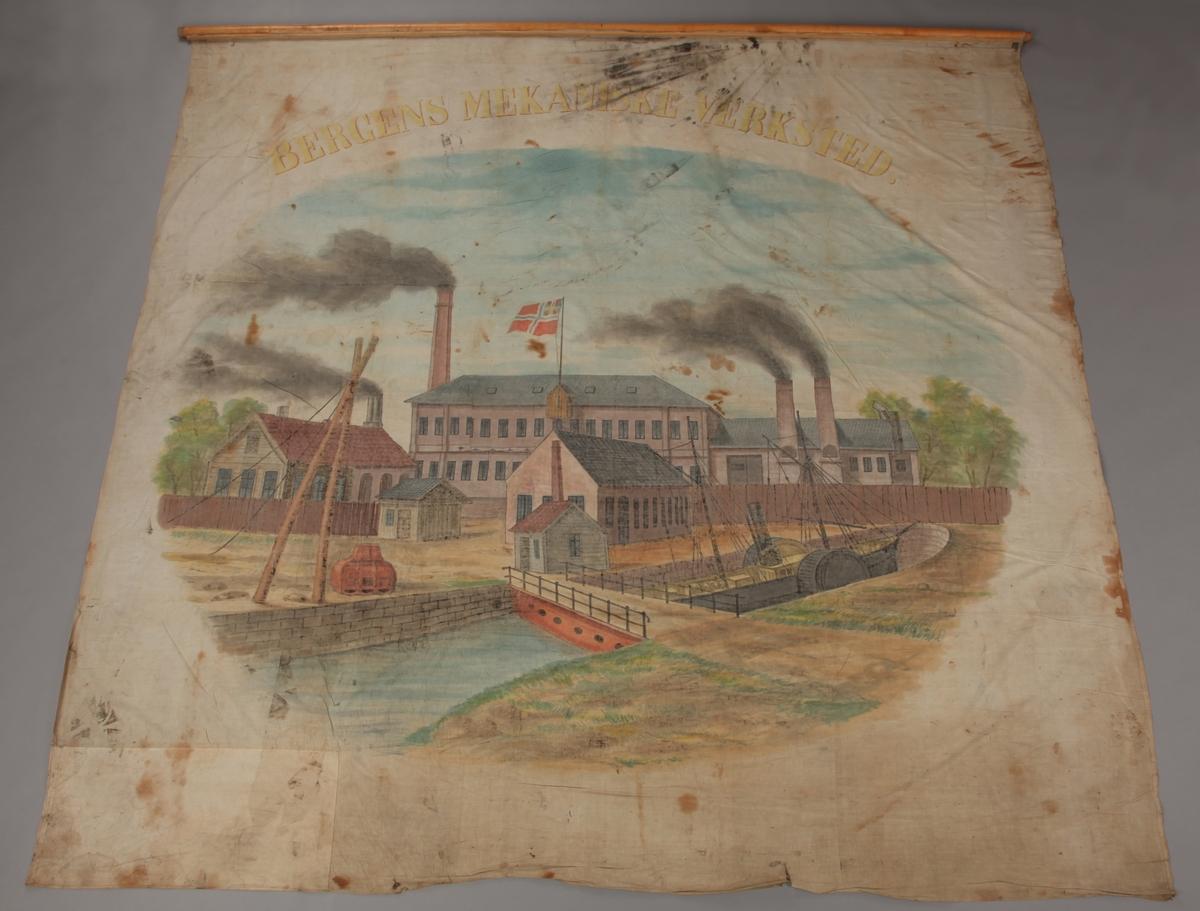 Fanen forestiller de gamle bygninger i Solheimsviken med unionsflagget heist. En hjuldamper sees i forgrunnen.