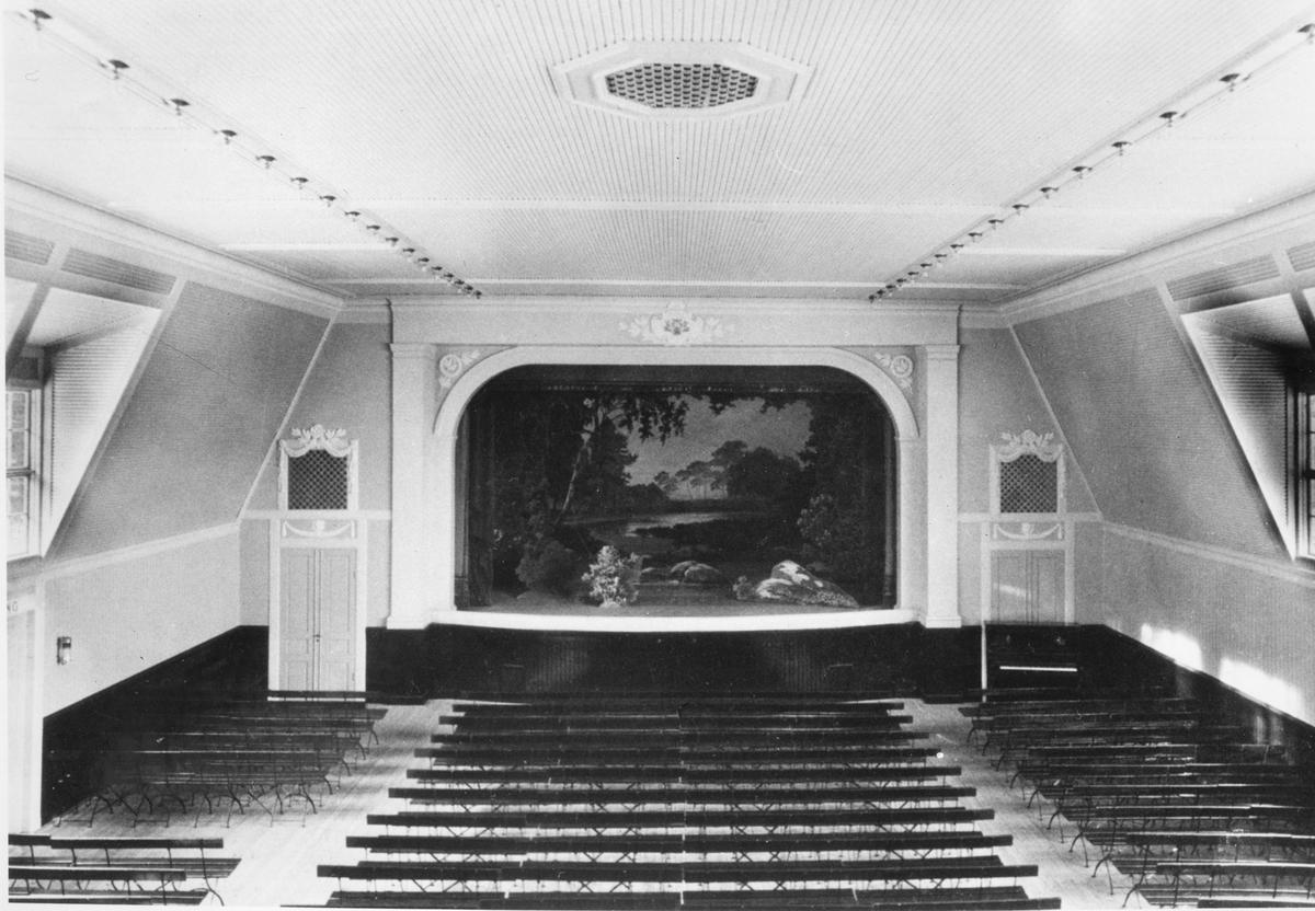 Valhalla, teater- och samlingslokal. Scenen och salongens ursprungliga utseende. Foto mot väster.