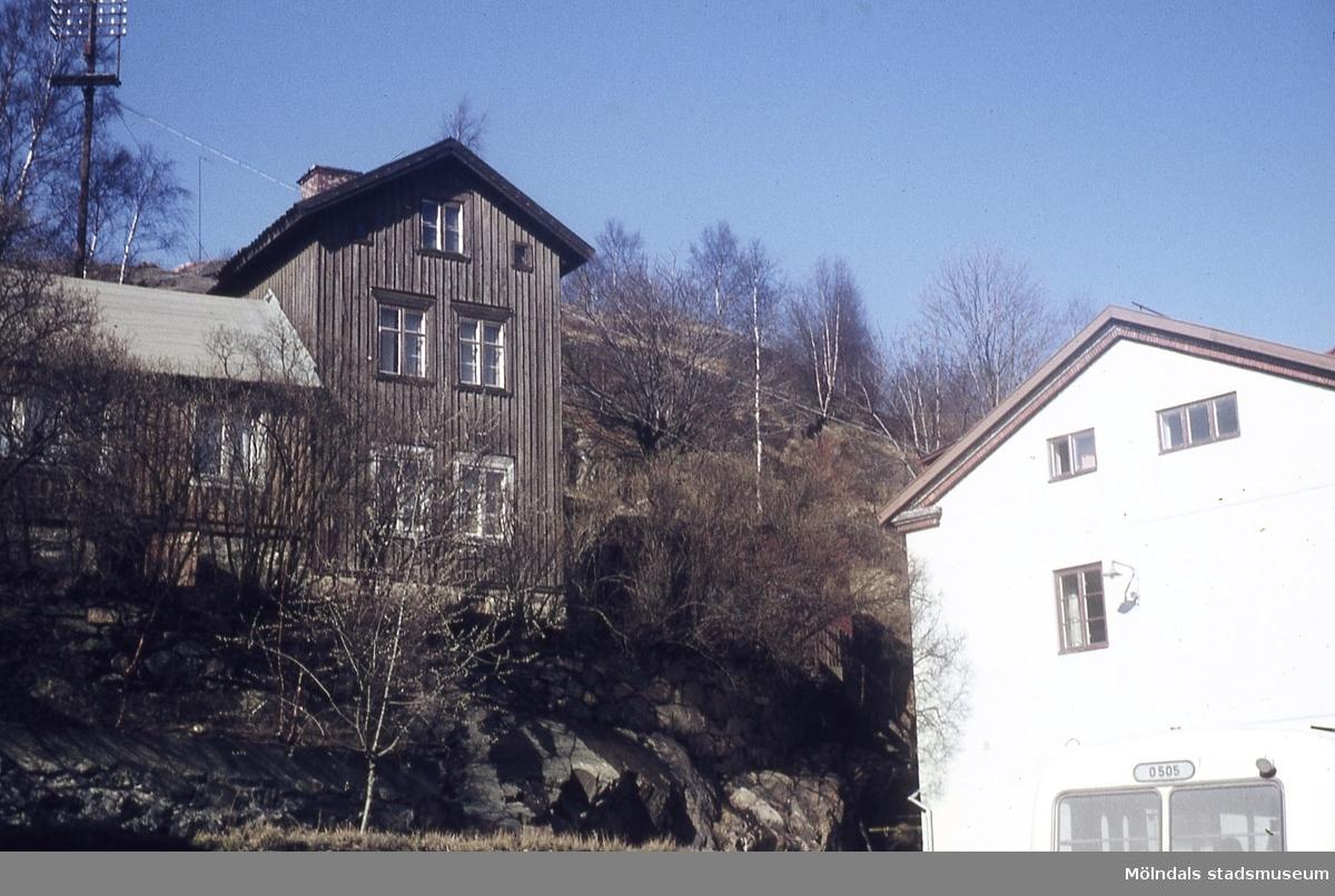 Bebyggelse vid Gamla torget i Mölndal, 1970-tal. Huset till vänster är Roten F 23A. Huset till höger är Kvarnbygatan 41, som tidigare var brandstation och garage för polisbilar, numera Mölndals målarskola.