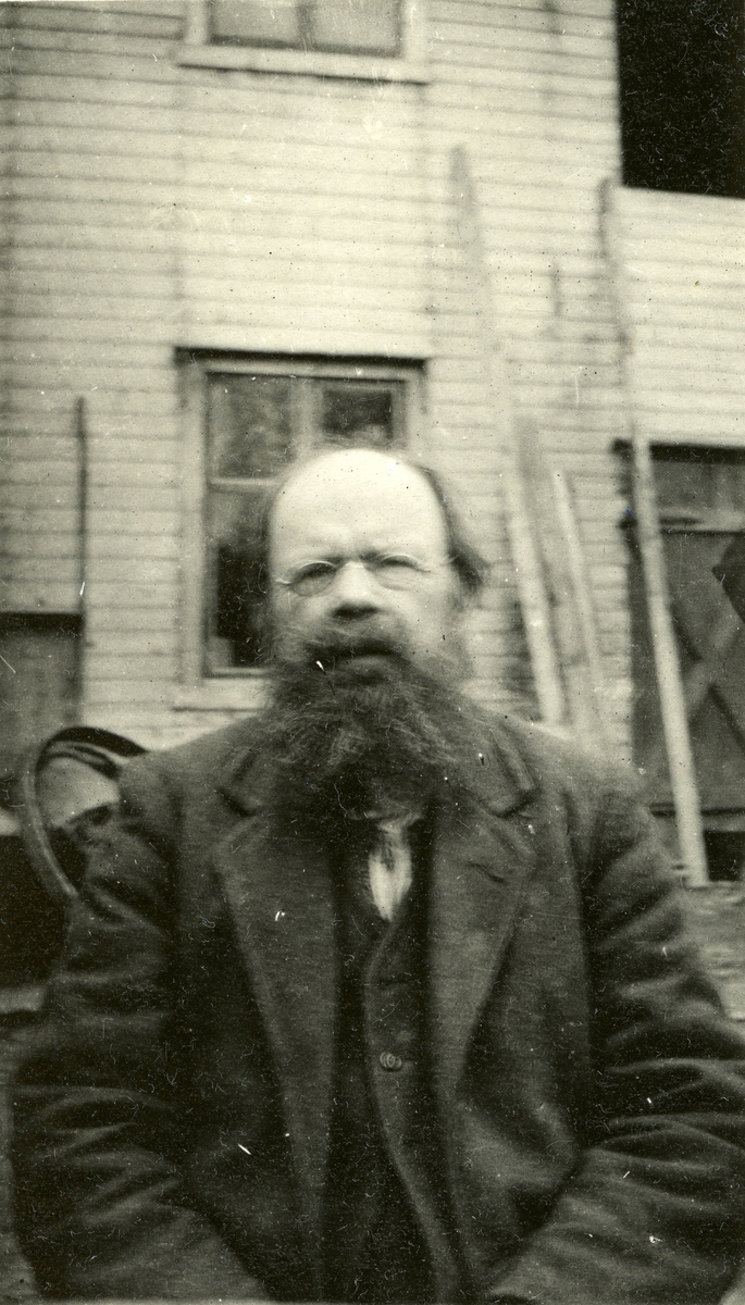 Mann, Anders Bast (4/5 1846 - 19/9 1919)  Bildet er sannsynligvis tatt utenfor Arneborg, Innbygda, hvor han bodde fra 1904.
