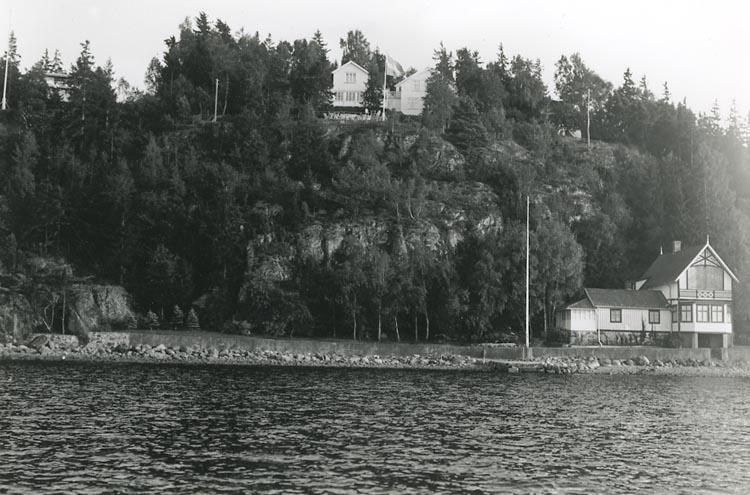 """Enligt Bengt Lundins noteringar: """"Lyckorna. Strand med Fiskartorpet och Särla""""."""