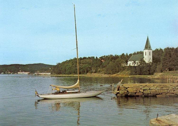 """Enligt Bengt Lundins noteringar: """"Lyckorna. Ljungs kyrka. Segelbåt vid bryggan""""."""