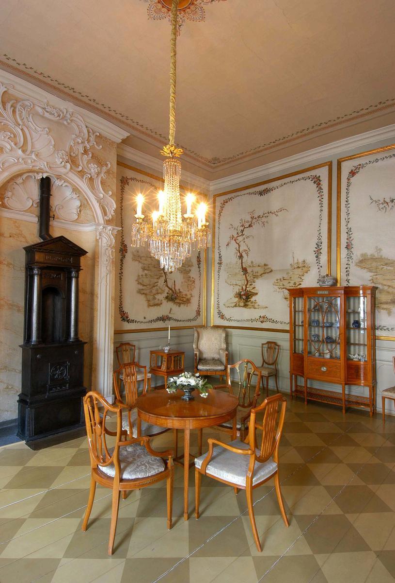 Det kinesiske kabinett i Stiftsgården er et kvadratisk rom, hvis vegger er dekorert med 1700-talls malerier av kinesiske landskap. I ovnsnisjen står en empireovn fra Næs Jernverk, og møblementet er en gave til Dronning Maud i forbindelse med kroningen i 1906. Det er utført i sitrontre og trukket i fransk silke, og ble produsert av det engelske firmaet Waring & Gillow