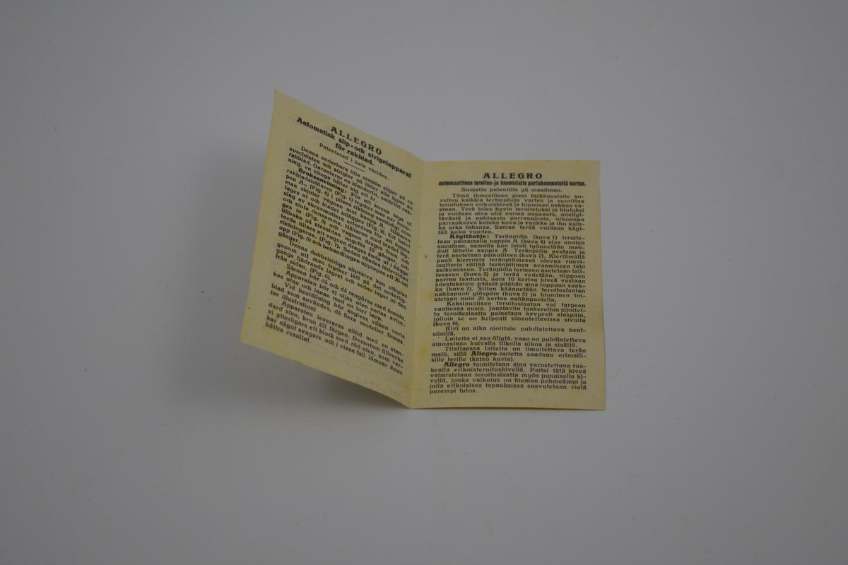 a) Slipeapparat. Rektangulær ramme med et bevegelig anlegg montert på to innvendige skinner. Feste for barberblad mellom skinnene. Gripeplate parallelt med barberbladholder. Slipestein montert på tvers midt i rammen. Når anlegget føres fram og tilbake, vil barberblad gli over slipesteinen. b) Eske for apparatet m/lokk med instruksjon på innsida av lokket. c) 12 siders folder med instruksjon på engelsk, spansk, tysk og hollandsk. d) 4 siders folder med norsk instruksjon.