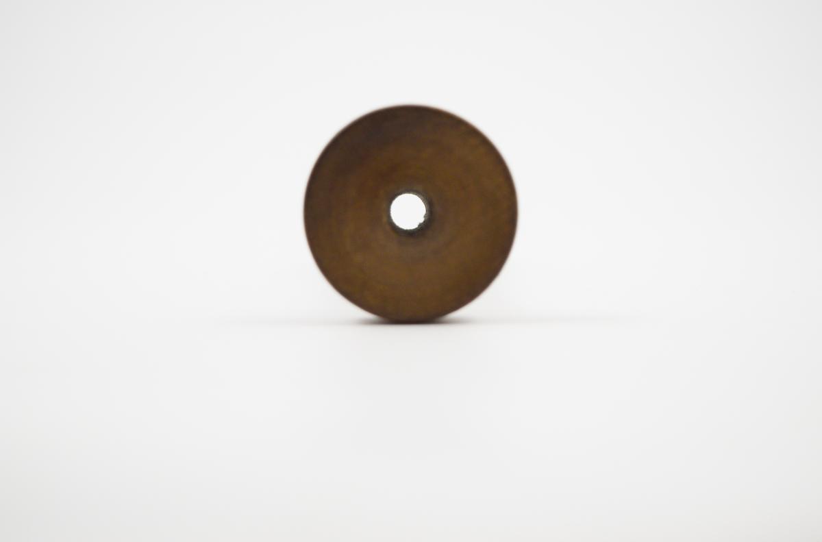 Form: traktform med stett. Brukt av jordmor til å lytte på fosterets lyder.