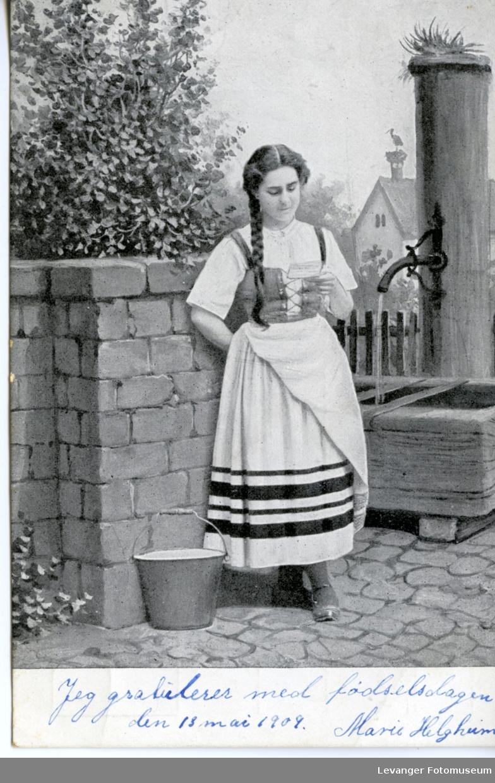 Postkort , tegning av en kvinne i nasjonaldrakt ved vannposten.