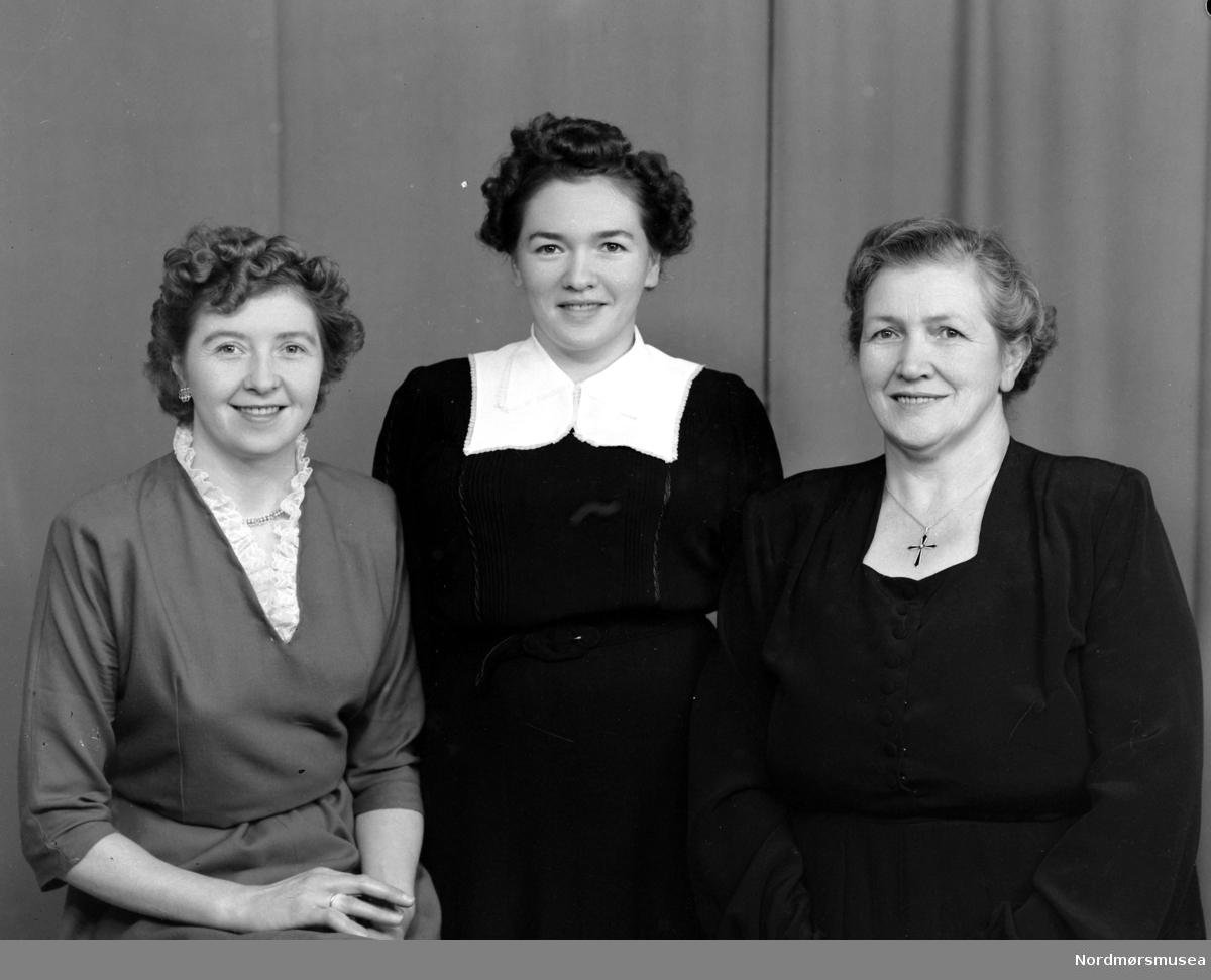 Liv, Elisabet og Anne Eli Stølen. Portrettfoto av tre kvinner. Fra Nordmøre museums fotosamlinger (Halås-arkivet). (Reg: EFR2013/MBL2014.)